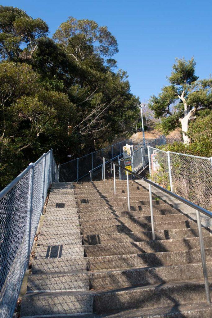 吾妻山公園入口からの急階段