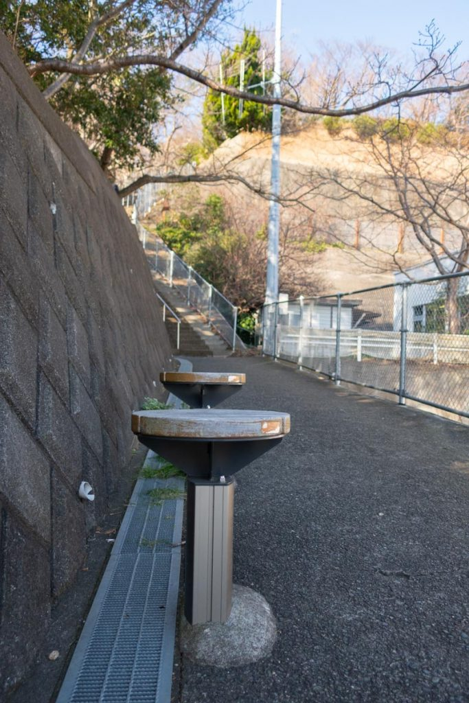 吾妻山公園入口の急階段にあるスツール